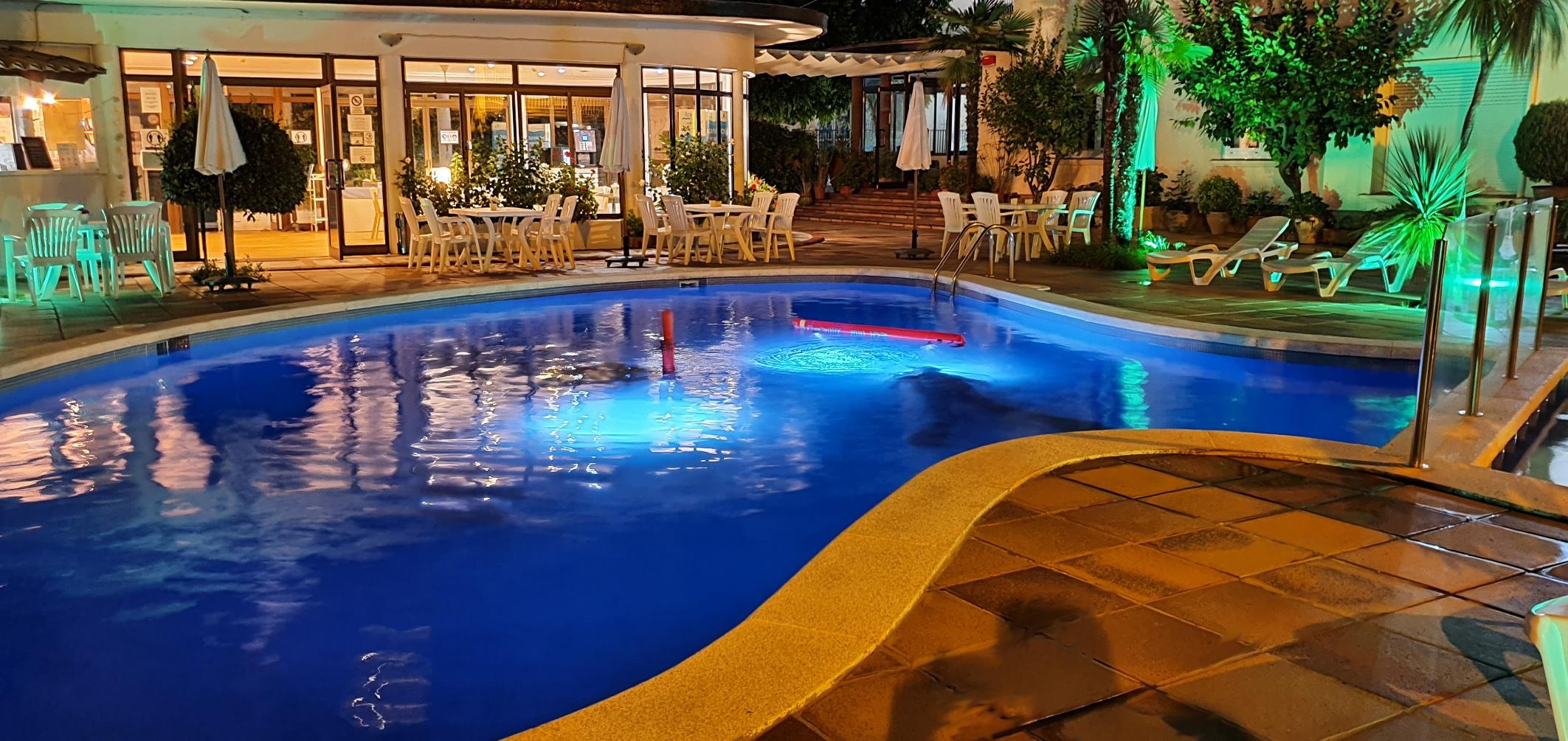 El hotel de noche